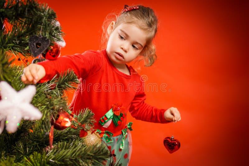 Download A Menina Decora A árvore De Natal Foto de Stock - Imagem de filha, noite: 80101548