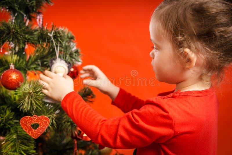 Download A Menina Decora A árvore De Natal Foto de Stock - Imagem de bonito, fêmea: 80101918