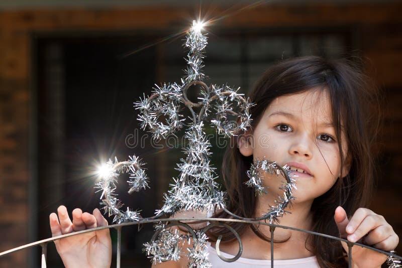 A menina decora a porta da casa imagem de stock