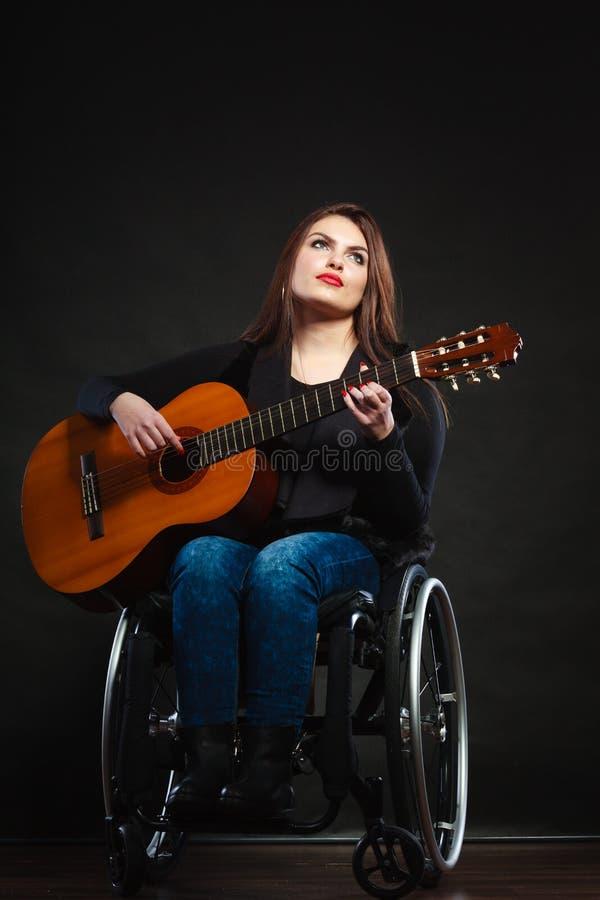 Menina deficiente que joga a guitarra foto de stock royalty free