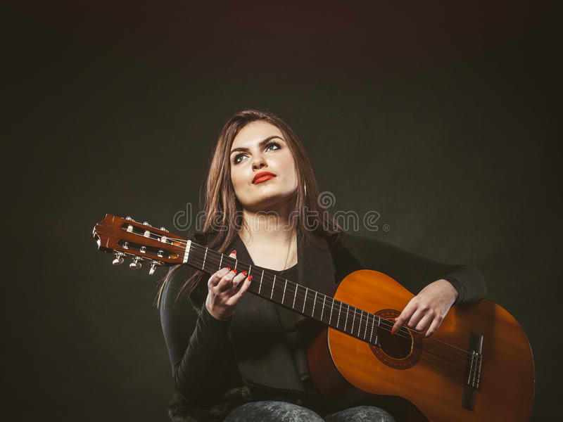 Menina deficiente que joga a guitarra imagens de stock royalty free