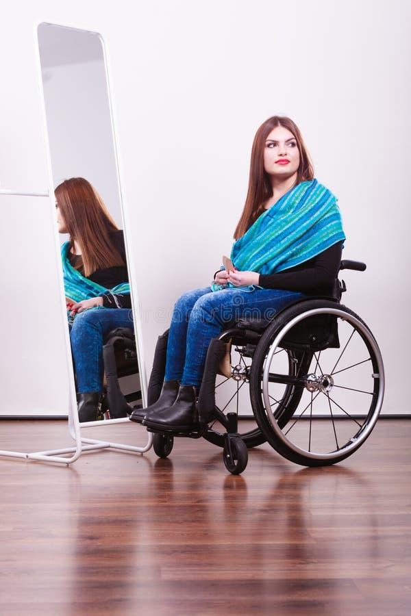 Menina deficiente que olha o relfection fotografia de stock