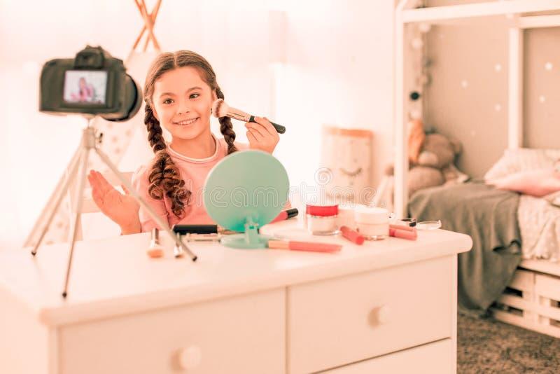 Menina deleitada alegre que sorri à câmera imagem de stock royalty free