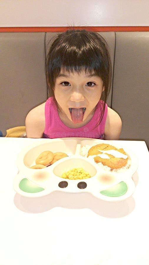 Menina deleitada com seu alimento imagens de stock royalty free