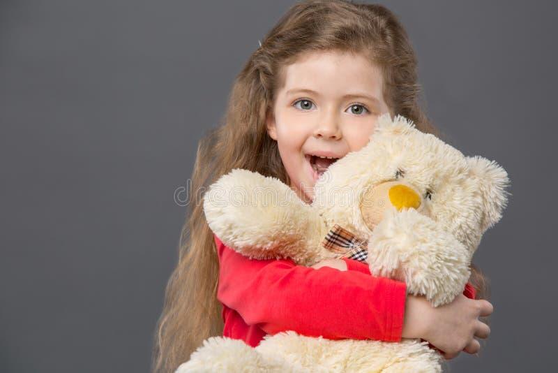 Menina deleitada feliz que sente entusiasmado fotografia de stock