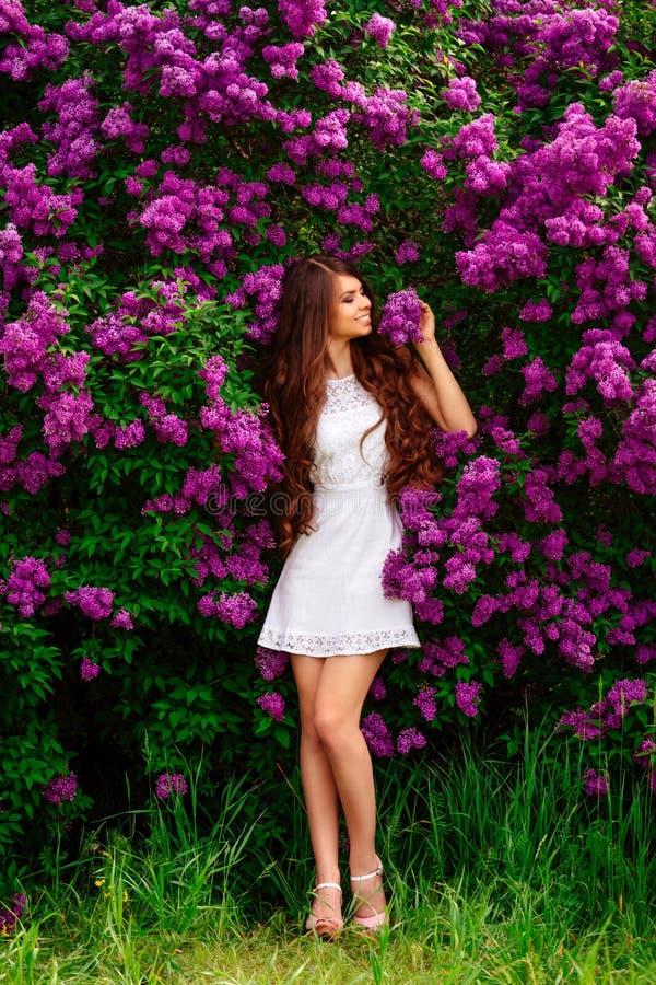 Menina delgada no levantamento branco do vestido imagens de stock