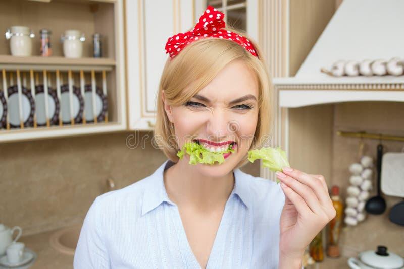 Menina delgada que come as folhas da alface fotos de stock