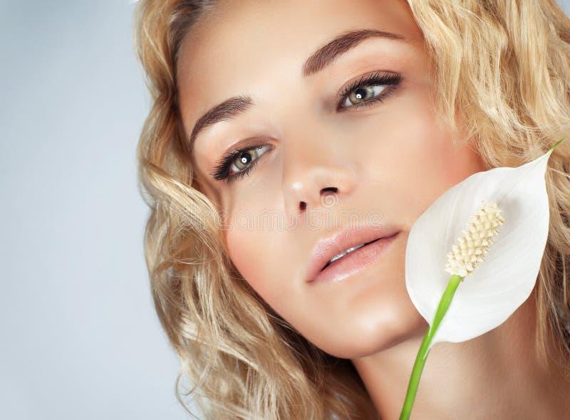 Menina delicada com flor do calla fotografia de stock royalty free