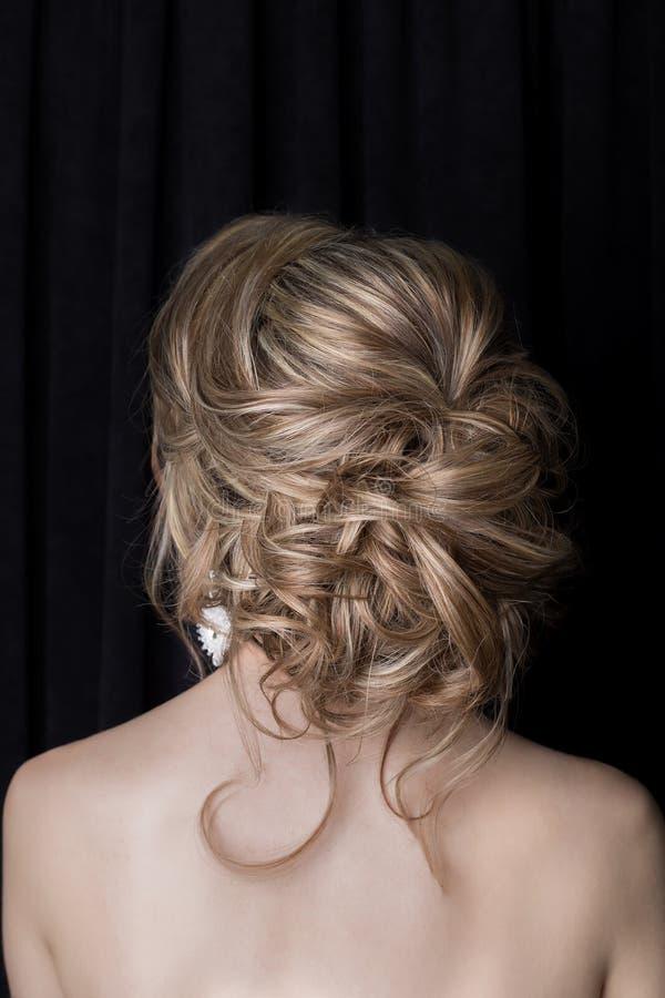 Menina delicada da noiva bonita do penteado do casamento no vestido do rosa do ar no estúdio no fundo branco imagens de stock