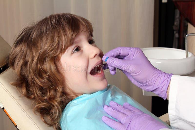 Menina dental do exame imagens de stock