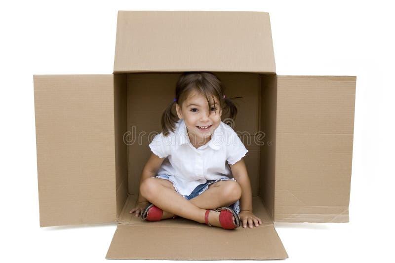 Menina dentro de uma caixa fotografia de stock