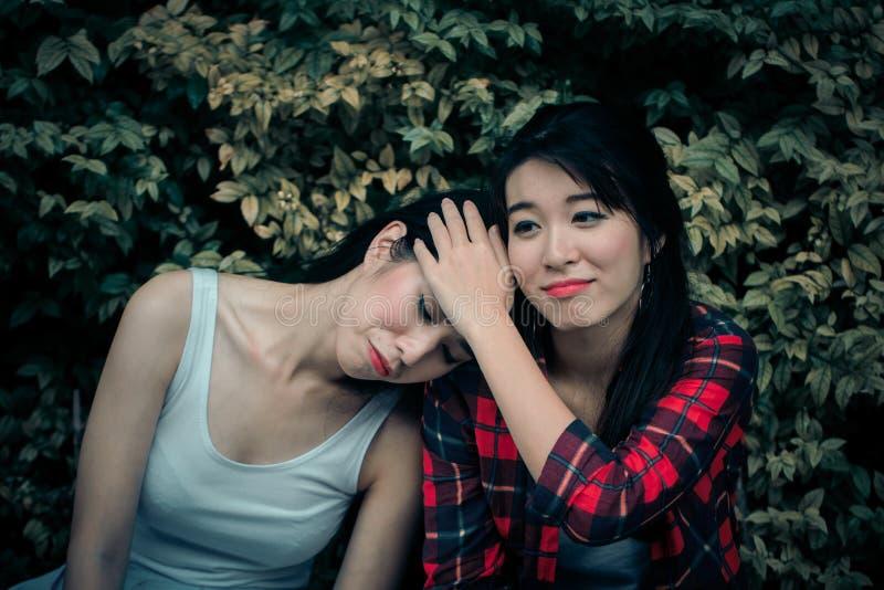 Menina deprimida nova do apoio do amigo A mulher que abraça a virada frien imagens de stock