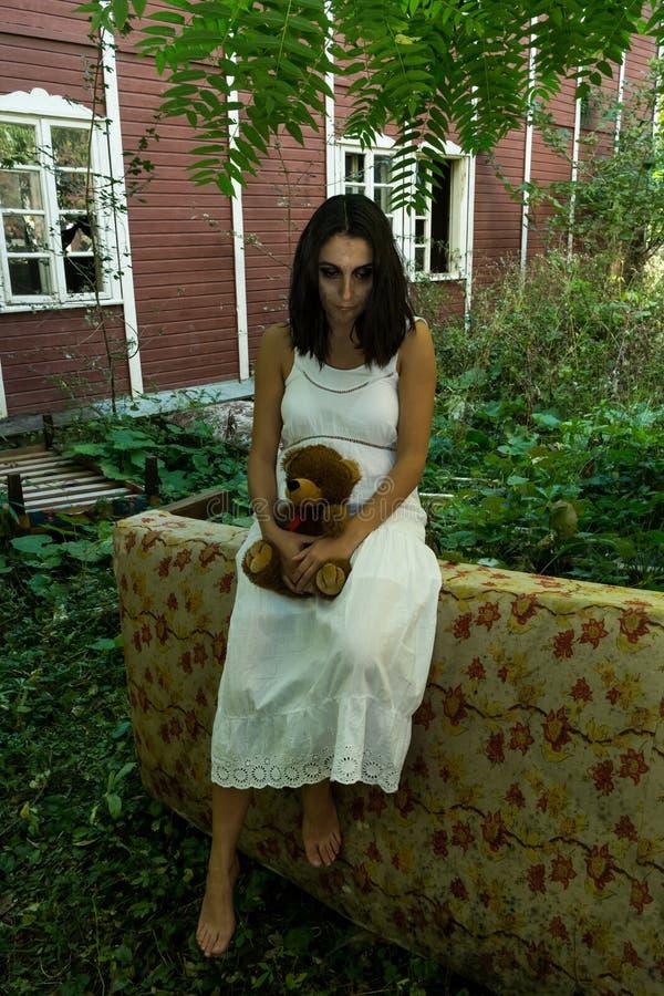 Menina desabrigada com brinquedo fotografia de stock royalty free