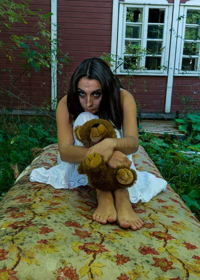 Menina desabrigada triste com brinquedo fotografia de stock royalty free