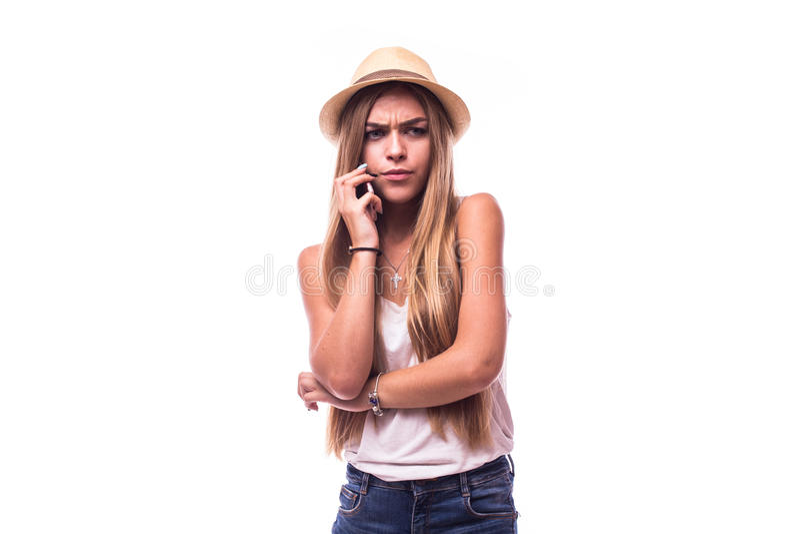 A menina desagradou a fala no telefone, estúdio isolado foto de stock