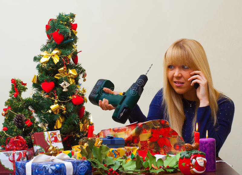 Menina desapontado sobre o presente errado do Natal imagem de stock