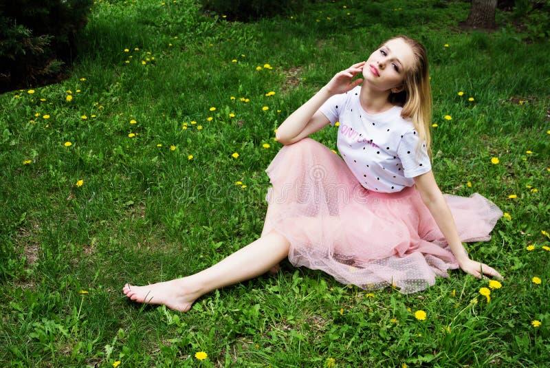 Menina descalça bonita fotos de stock