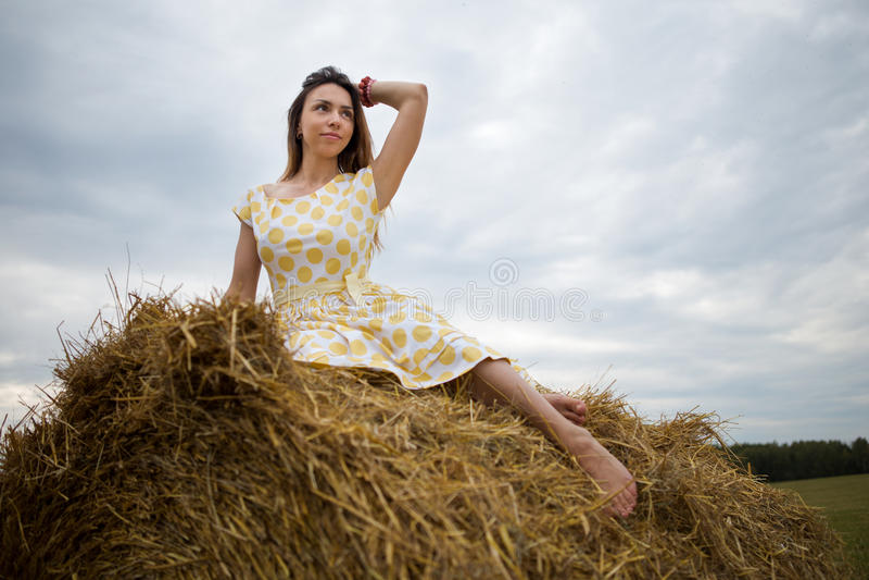 Menina descalça no hayloft fotografia de stock royalty free