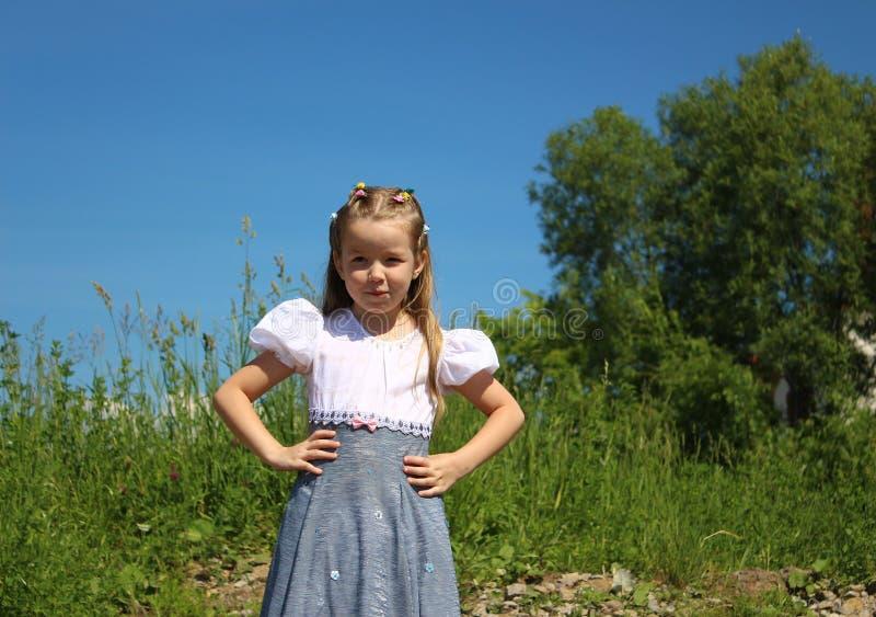 Menina descontentada que guarda as mãos na cintura foto de stock