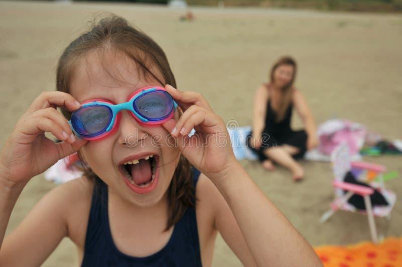 Menina desdentado feliz em uma praia em Romênia com óculos de proteção fotos de stock