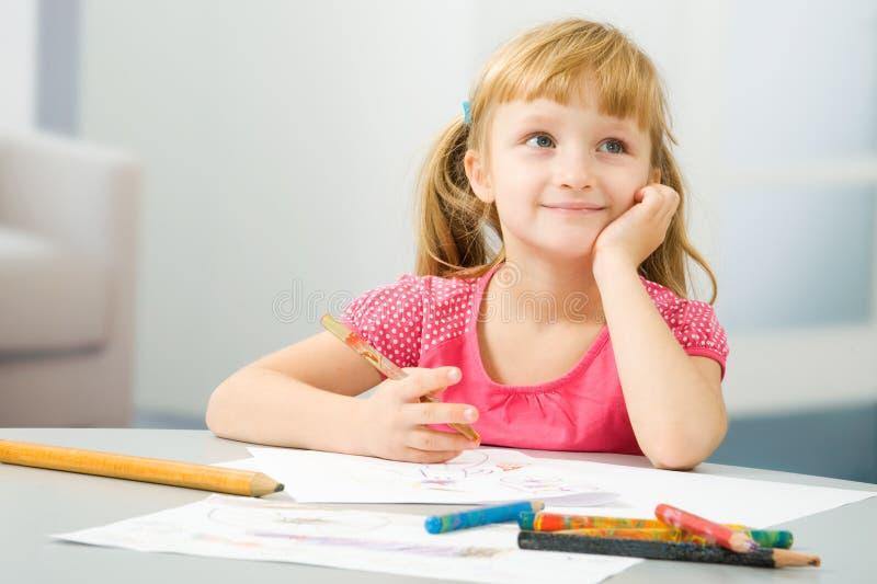 A menina desenha fotografia de stock royalty free
