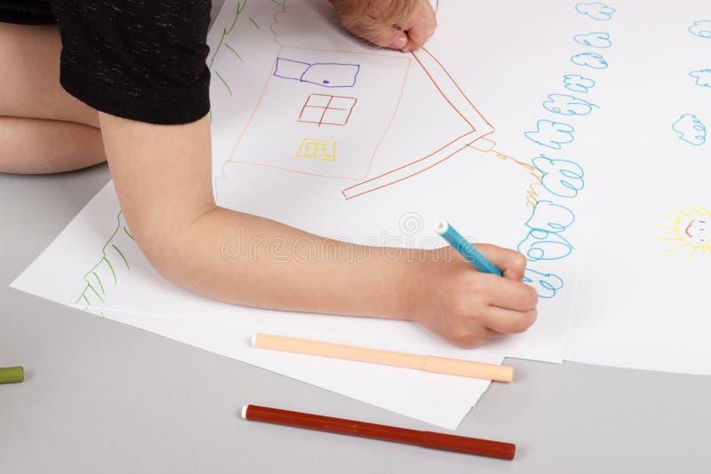 A menina desenha fotos de stock royalty free