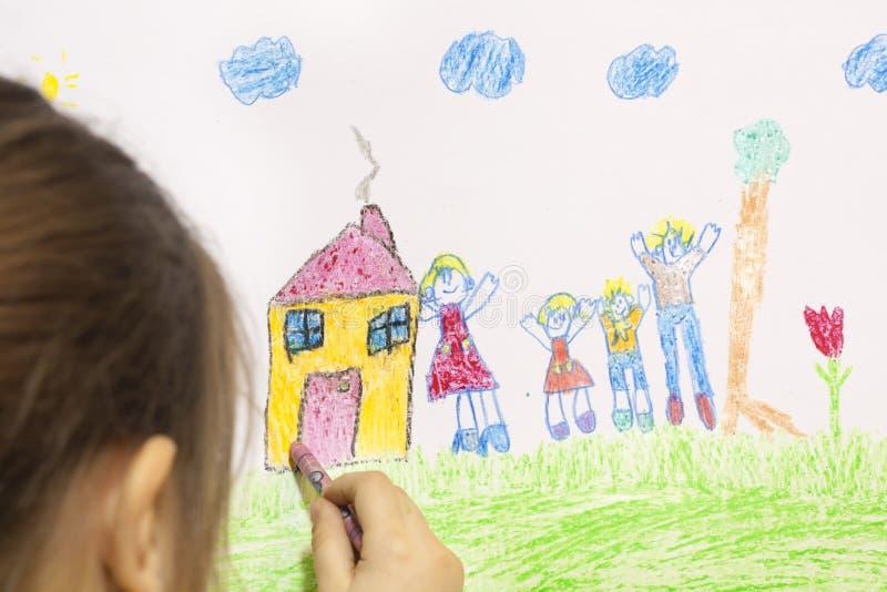 A menina desenha sua própria casa imagens de stock royalty free