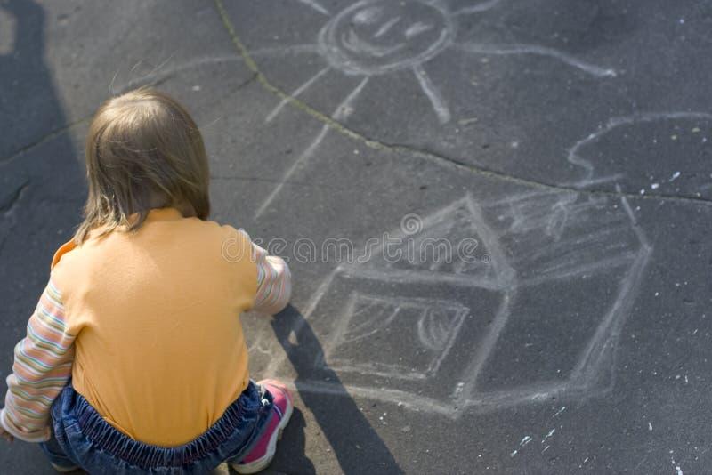 A menina desenhou uma casa pequena fotos de stock royalty free