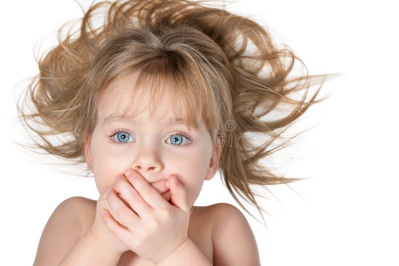 A menina desgrenhado cobriu sua boca imagens de stock