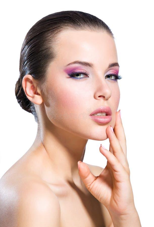Menina despida da cara tocante com composição cor-de-rosa brilhante imagem de stock
