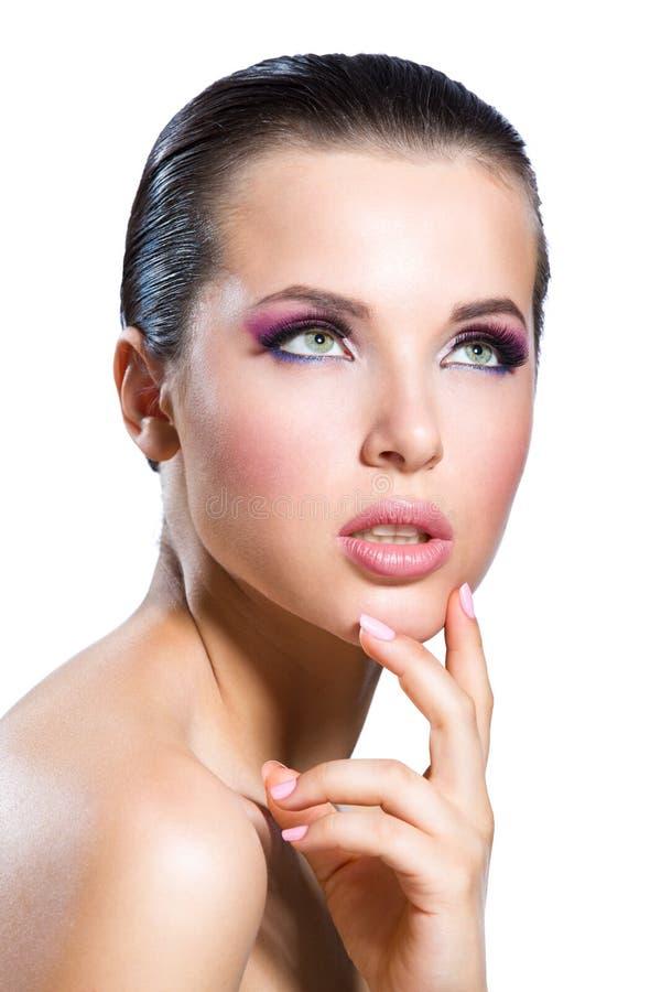 Menina despida da cara tocante com composição cor-de-rosa brilhante imagens de stock