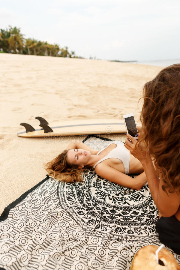 Menina desportiva bonita do surfista dois na praia fotografia de stock