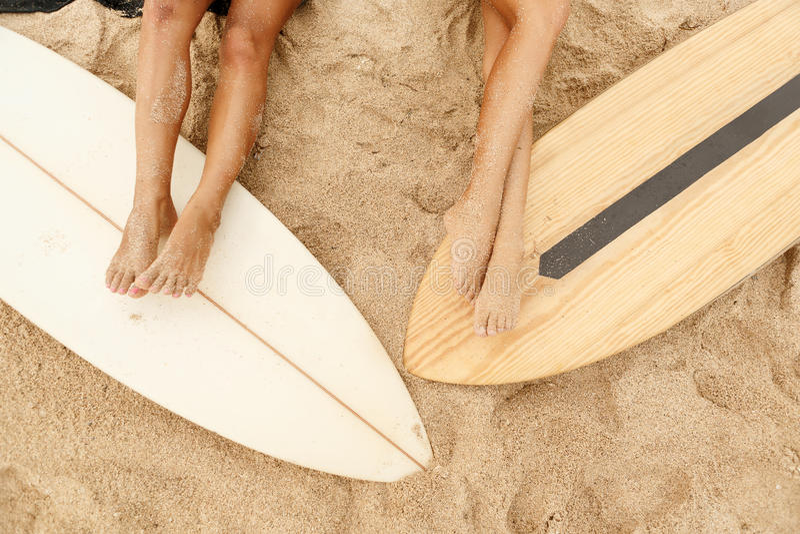 Menina desportiva bonita do surfista dois na praia fotografia de stock royalty free