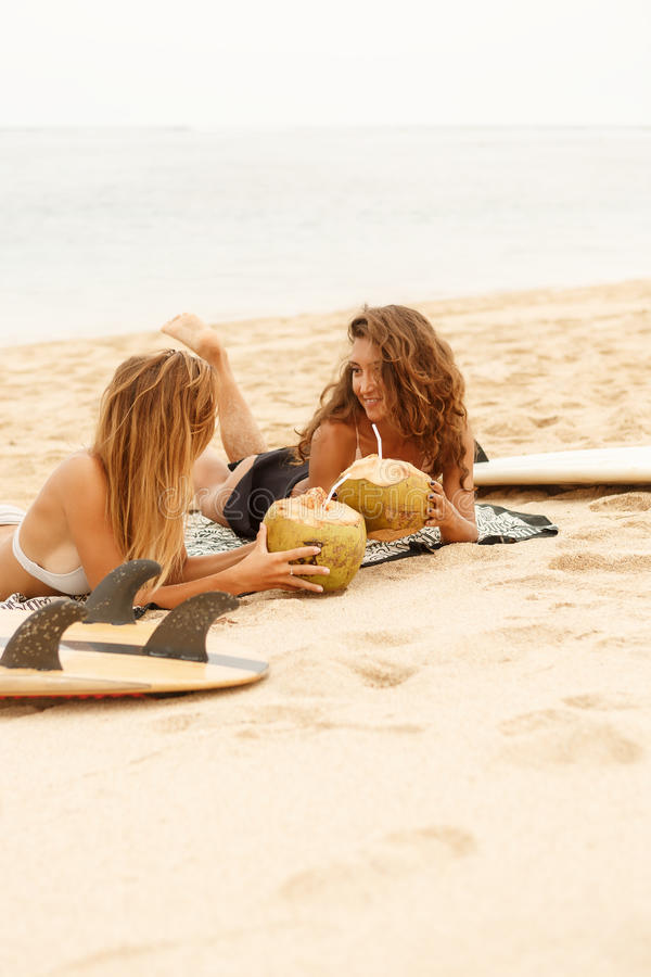 Menina desportiva bonita do surfista dois na praia imagem de stock