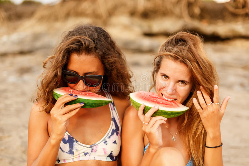 Menina desportiva bonita do surfista dois na praia imagem de stock royalty free
