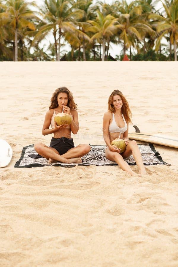Menina desportiva bonita do surfista dois na praia foto de stock