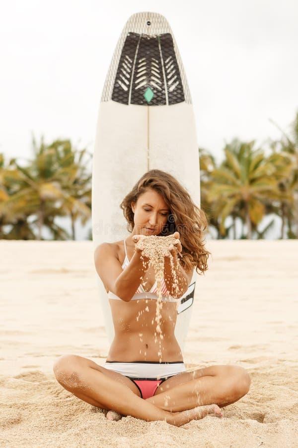 Menina desportiva bonita do surfista na praia fotos de stock
