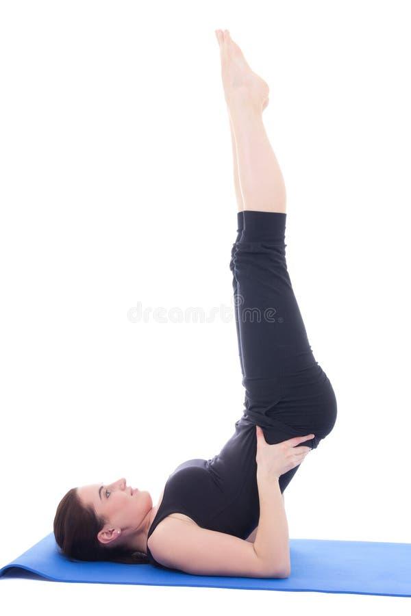 Menina desportiva bonita nova que faz os pés acima do exercício isolados em w fotos de stock royalty free