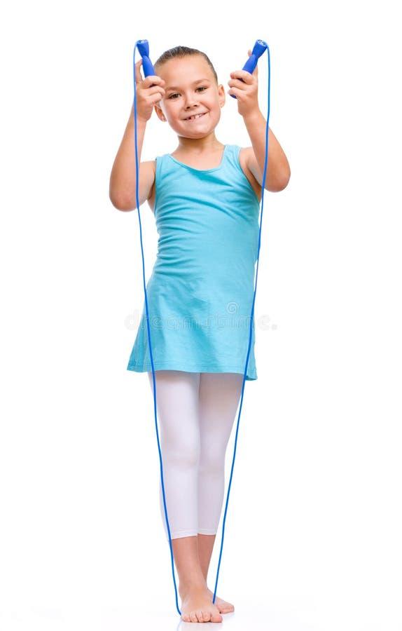 Menina desportiva com corda de salto fotografia de stock