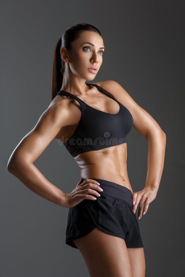 Menina desportiva com músculos imagem de stock royalty free