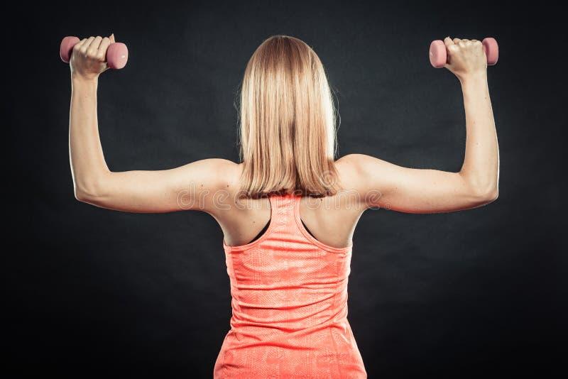 Menina desportiva da aptidão que levanta peso para trás a vista imagens de stock royalty free