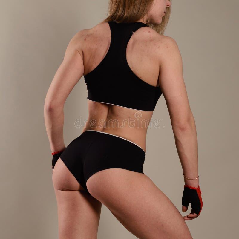 A menina desportiva está com sua parte traseira na engrenagem A pele na acne da parte traseira e da cara Conceito do controlo de  imagens de stock