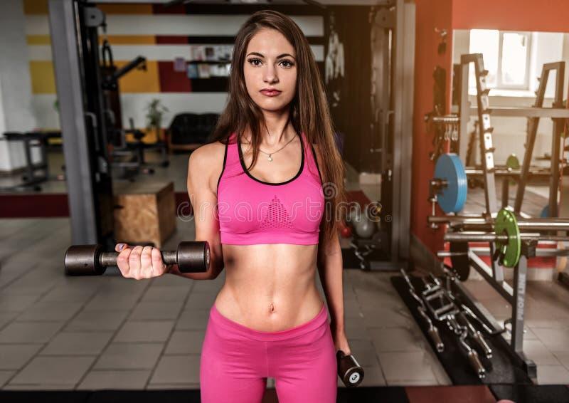 Menina desportiva no rosa no gym fotografia de stock