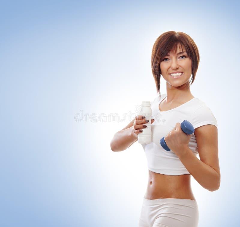 Menina desportiva nova com dumbbels fotos de stock