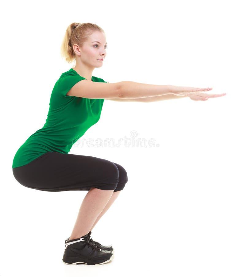 Menina desportiva nova que faz esticando o exercício isolado fotos de stock royalty free
