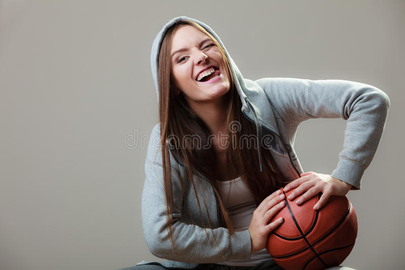 Menina desportiva que guarda o basquetebol imagens de stock