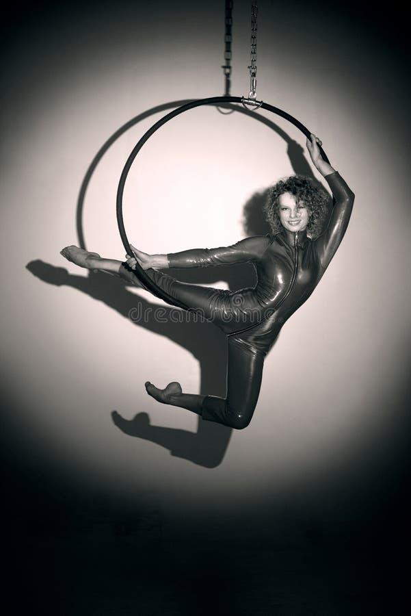 Menina desportiva que levanta com aro aérea imagem de stock