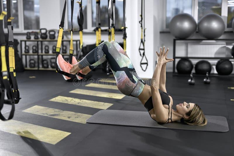 A menina desportivo exercita no gym imagens de stock royalty free