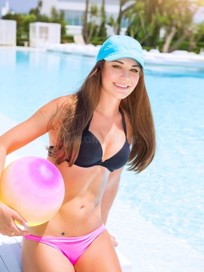 Menina desportivo na piscina fotos de stock royalty free