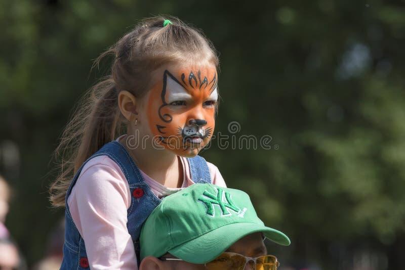 menina disfarçada como um filhote de tigre fotografia de stock